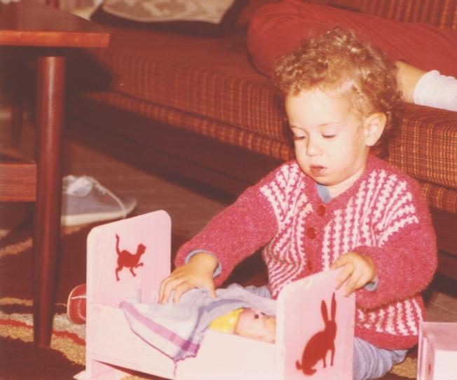 לירון משחקת בבובות