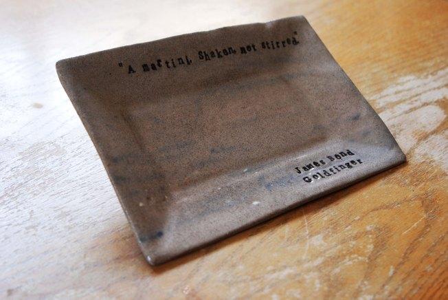 """צלחת מדברת - ג'יימס בונד דגם צלחת: מלבן/אפור/שחור מחיר ליחידה: 35 ש""""ח מחיר לסט של 6 יחידות: 180 ש""""ח"""